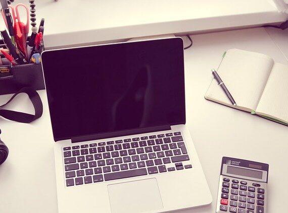 Energie, úvěry a hypotéky: Kdy se spolehnout na kalkulačku a kdy na poradce